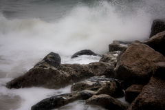 Ocean hitting rocks with strengh Stock Photography