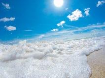 Ocean kipiel przy piaskowatą plażą zdjęcia royalty free