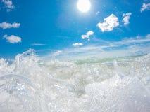 Ocean kipiel przy piaskowatą plażą obrazy royalty free