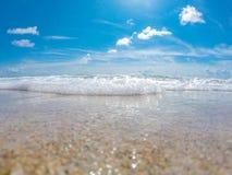 Ocean kipiel przy piaskowatą plażą fotografia stock