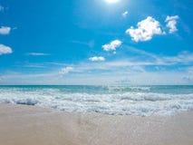 Ocean kipiel przy piaskowatą plażą zdjęcia stock