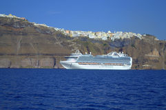 Ocean liner on the background of Thira, Santorinis Royalty Free Stock Photos