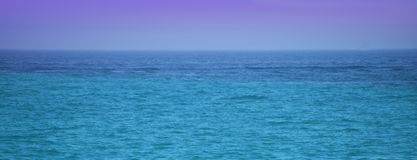 Ocean lub morze z niebieskim niebem Obrazy Stock