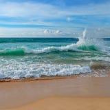 Ocean, piaskowata plaża i niebieskie niebo, Obrazy Stock