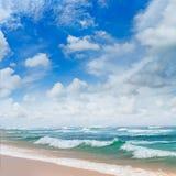 Ocean, piaskowata plaża i niebieskie niebo, Fotografia Royalty Free