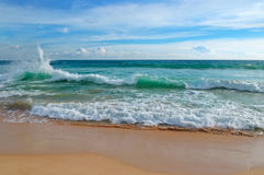 Ocean, piaskowata plaża i niebieskie niebo, Zdjęcie Royalty Free