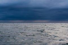 Ocean przy półmrokiem Zdjęcia Stock