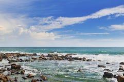 Ocean, rafa koralowa blisko brzeg i niebieskie niebo, Zdjęcia Stock
