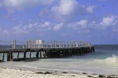 Ocean strony dok na spokojnym słonecznym dniu Zdjęcie Stock
