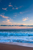 Ocean surf under pink sunset. Clouds Royalty Free Stock Photos