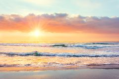 Free Ocean Wave On The Beach At Sunset Time, Sun Rays Stock Photo - 142237830