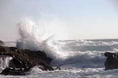 Ocean wave smashing against a rock Royalty Free Stock Images
