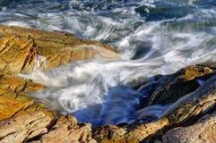 Ocean wave splashing against the rocks Royalty Free Stock Photos