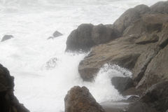 Ocean waves break over rocks Royalty Free Stock Photos