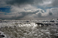 Ocean waves and cloudy sky Royalty Free Stock Photos