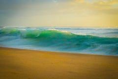 Ocean waves crashing on beach Royalty Free Stock Photos