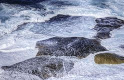 Ocean waves crashing on rocks Royalty Free Stock Photos