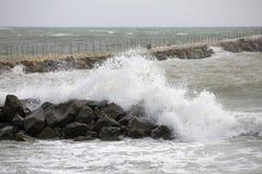Ocean waves crashing on rocks Royalty Free Stock Images