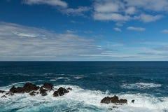 Ocean waves crashing on the rocks Royalty Free Stock Photos