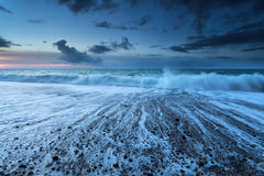 Ocean waves in dusk with long exposure Royalty Free Stock Photos