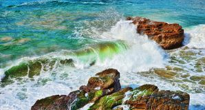 Ocean waves on rocks Royalty Free Stock Photos