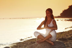 Ocean yoga sunrise Royalty Free Stock Photos