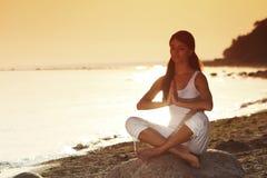 Ocean yoga sunrise Royalty Free Stock Photos