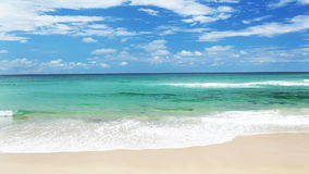 Ocean z fala przy złota wybrzeża plażą