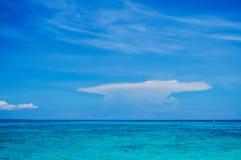 Ocean z Jasnym niebieskim niebem Obraz Stock