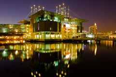 Oceanarium in Lissabon bij nacht. Stock Foto