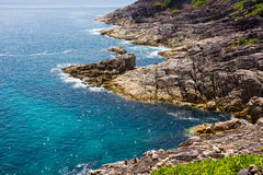 Oceanen rotsachtige kust Royalty-vrije Stock Foto