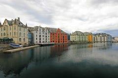 Oceanfront com casas coloridas, arquitetura da cidade de Alesund, Noruega fotografia de stock royalty free