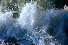 Oceanic golven tijdens onweer het waterbroodje vooruit, kookt bij kust, kracht van aard royalty-vrije stock afbeeldingen