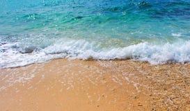 Oceaniczna scena z piasek plażą i morze machamy Turkusowego błękita tropikalna denna laguna dla perfect wakacje Obrazy Royalty Free