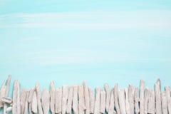 Oceanisk bakgrund för blått eller för turkos med ett staket av drivved f arkivfoto