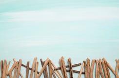 Oceanisk bakgrund för blått eller för turkos med ett staket av drivved f fotografering för bildbyråer