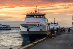 Oceanjet färjaankring på färjapassagerarterminalen på morgontid i den Cebu staden, Filippinerna Augusti 2018 arkivbild