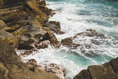 Oceano Índico azul profundo e Bali de pedra fotografia de stock