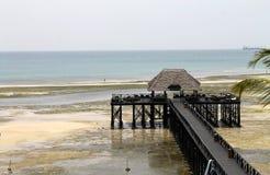 Oceano Índico, ponte sobre a praia, Zanzibar, Tanzânia, África imagens de stock