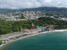 Oceano aereo di vista superiore della baia di Acapulco da sopra Fotografia Stock Libera da Diritti