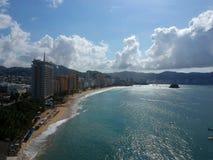 Oceano aereo di vista superiore della baia di Acapulco nel giorno soleggiato Fotografia Stock