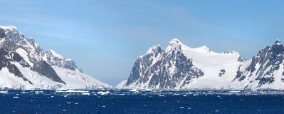Oceano antartico, Antartide Montagna innevata del ghiacciaio Cielo blu drammatico Punto di Pano di due foto Fotografia Stock Libera da Diritti