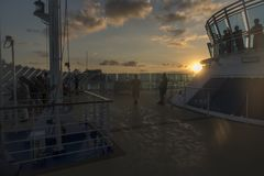 Oceano ao cruiseSunrise do oceano na princesa da ilha fora de Fuerte Amador Panamá imagem de stock royalty free