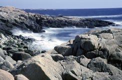 Oceano Atlântico acena em rochas Fotos de Stock
