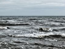Oceano Atlântico agitado acena com ressaca e as nuvens cinzentas do inverno Fotos de Stock