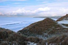 Oceano Atlântico ao lado de um campo de golfe nevado Foto de Stock