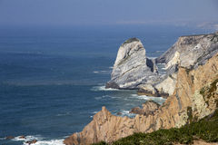 Oceano Atlântico e rocha fotografia de stock royalty free