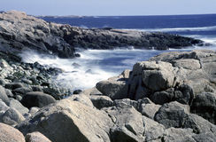 Oceano Atlantico fluttua sulle rocce Fotografie Stock