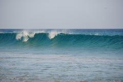 Oceano atlantico La magia ondeggia il funzionamento sulla sabbia della spiaggia Fotografia Stock