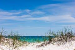 Oceano attraverso le dune Immagini Stock Libere da Diritti